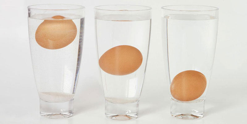 Le uova fresche stanno sul fondo del bicchiere