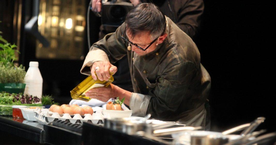 Lo Chef Bruno Barbieri durante la preparazione delle uova in cocotte.