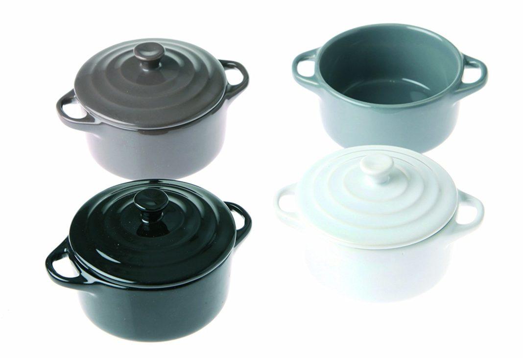 I recipienti in ceramica da forno denominati cocotte per preparare le uova
