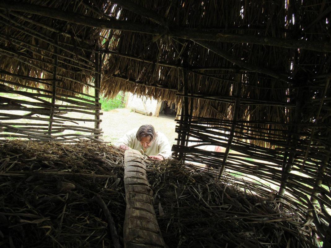L'interno del pollaio medievale a palafitta