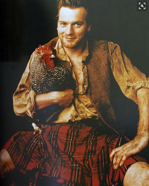 Ewan McGregor con kilt e in braccio una gallina