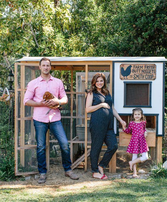 Tiffani Thiessen con la famiglia davanti al pollaio e con le galline