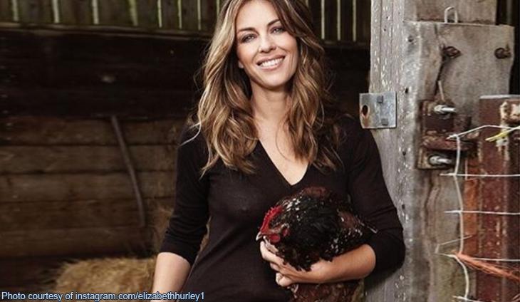 Elizabeth Hurley con in braccio una delle sue galline