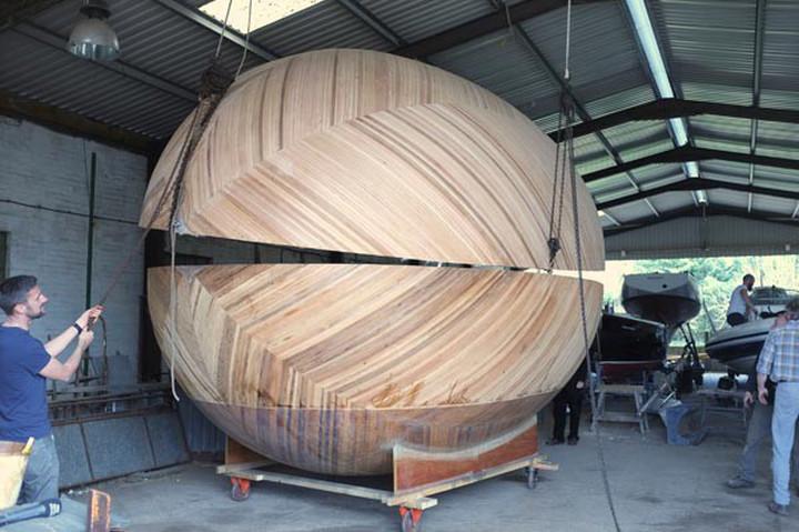 Il cantiere: la chiusura del guscio dell'Exbury Egg (mini casa galleggiante a forma di uovo)