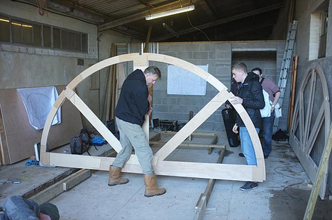 Il cantiere: il primo telaio del semi-guscio dell'Exbury Egg (mini casa galleggiante a forma di uovo)