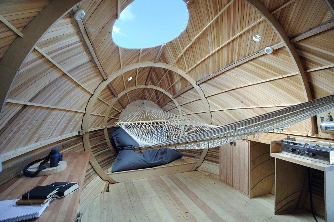 L'interno dell'exbury Egg, mini casa galleggiante a forma di uovo