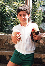 Maurizio Pavone da bambino con in braccio due galline
