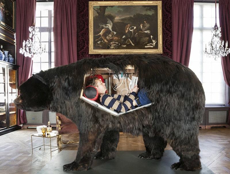 Poincheval nella performance Dentro la pancia di un orso