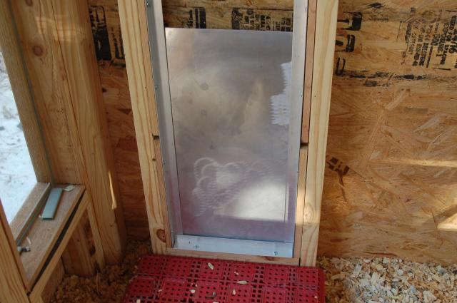 La porta scorrevole abbinata al meccanismo crepuscolare per pollai