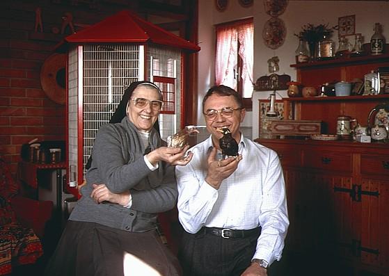 1991 - Elio Corti (con il merlo indiano Memè) e Suor Maddalena Longoni (con il piccione Careca).