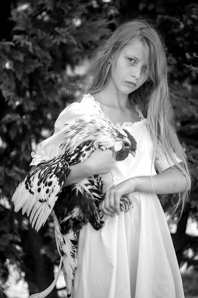 Foto Moda - bambina con gallina ovaiola amburgo