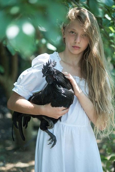 Foto Moda - bambina con gallina ornamentale cimani