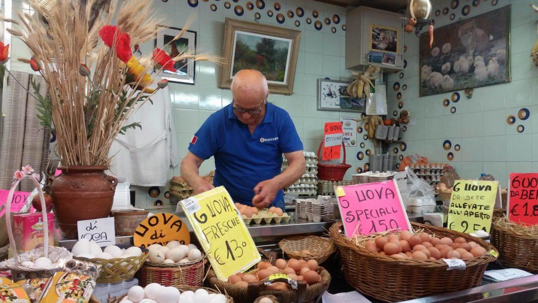 Lo storico banco delle uova fresche sfuse della Ditta Giomi al Mercato Centrale di Livorno