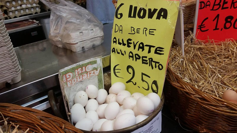 Uova da bere bio di galline allevate all'aperto