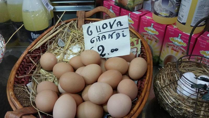 Uova fresche grandi di gallina