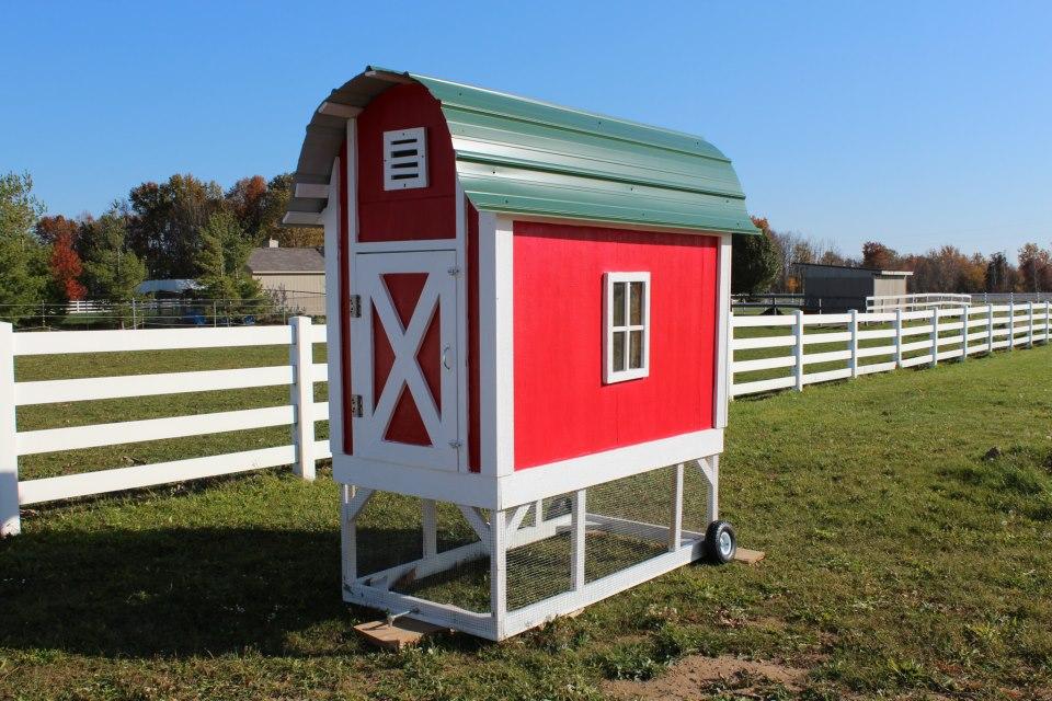 Pollaio mobile rosso in perfetto stile fienile (red barn chicken tractor)