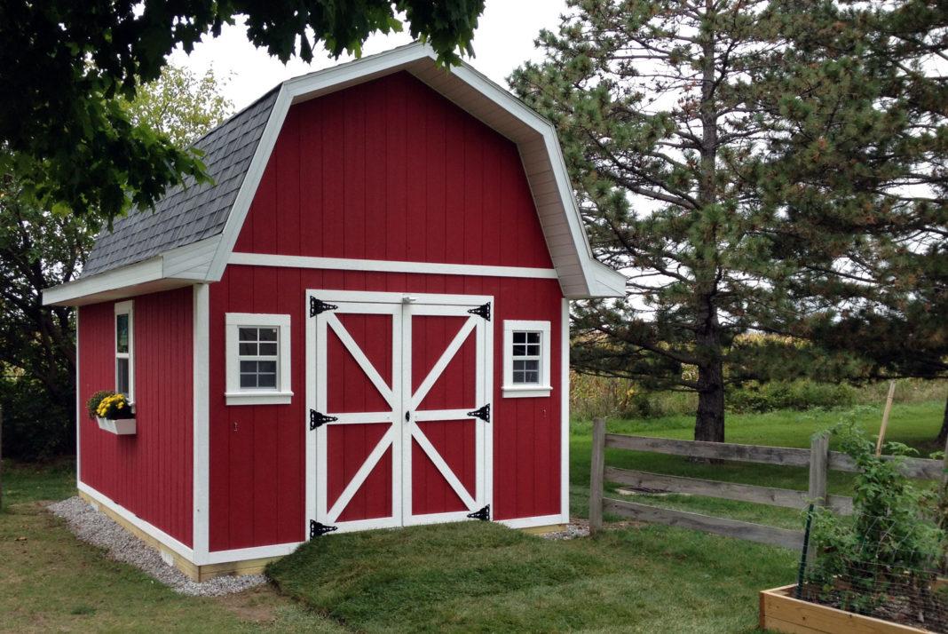Piccola rimessa (annesso) da giardino ispirata alla struttura dei fienili rossi tradizionali