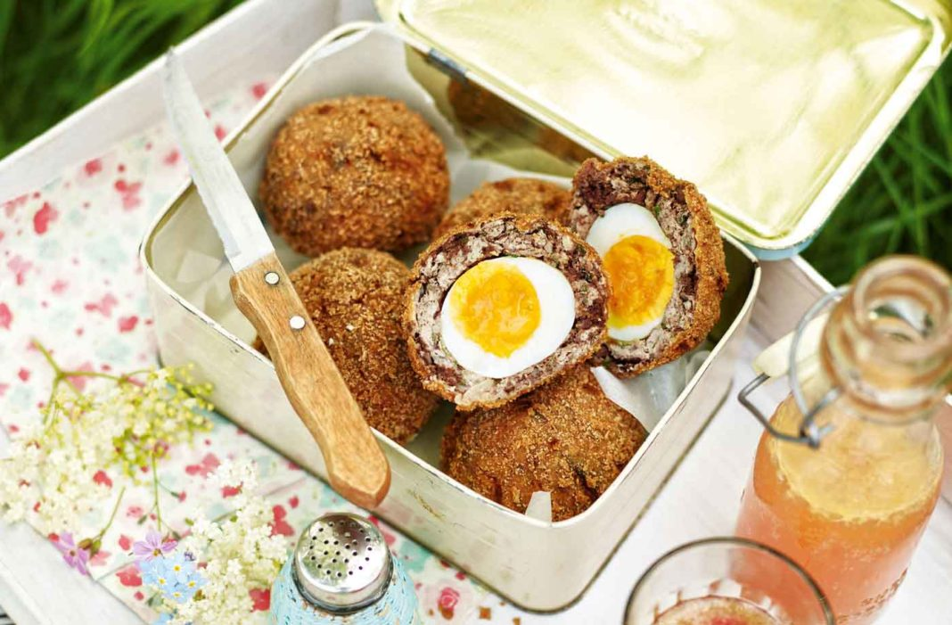 Pic Nic con Scotch Eggs con black pudding nell'impasto