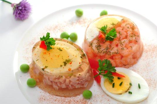 Esempio di aspic salati con uova sode prosciutto cotto, piselli, gamberetti, peperone rosso