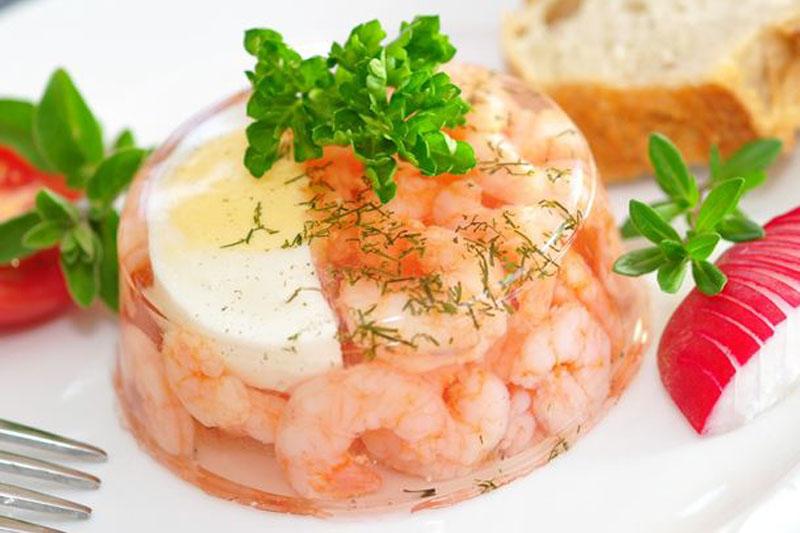 Esempio di aspic salato con uovo sodo per antipasto