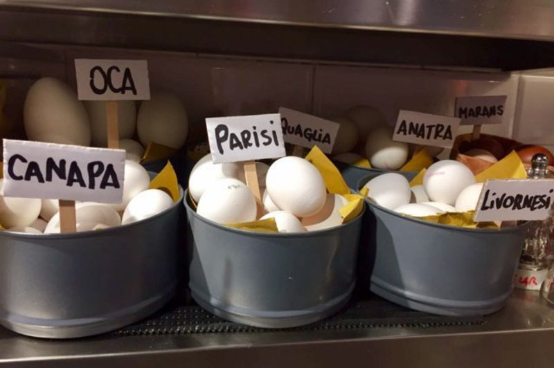 Uova speciali nella cucina di Eggs, Roma