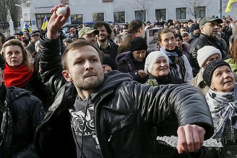 L'ambasciata russa a Kiev contestata dalla rabbia dei manifestanti che chiedono la liberazione della pilota ucraina Nadiya Savchenko (2016)