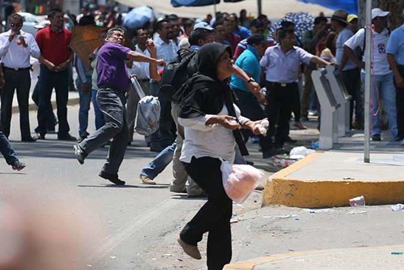 Lancio di uova contro il Governo da parte degli insegnanti diOaxaca, Messico (2016)