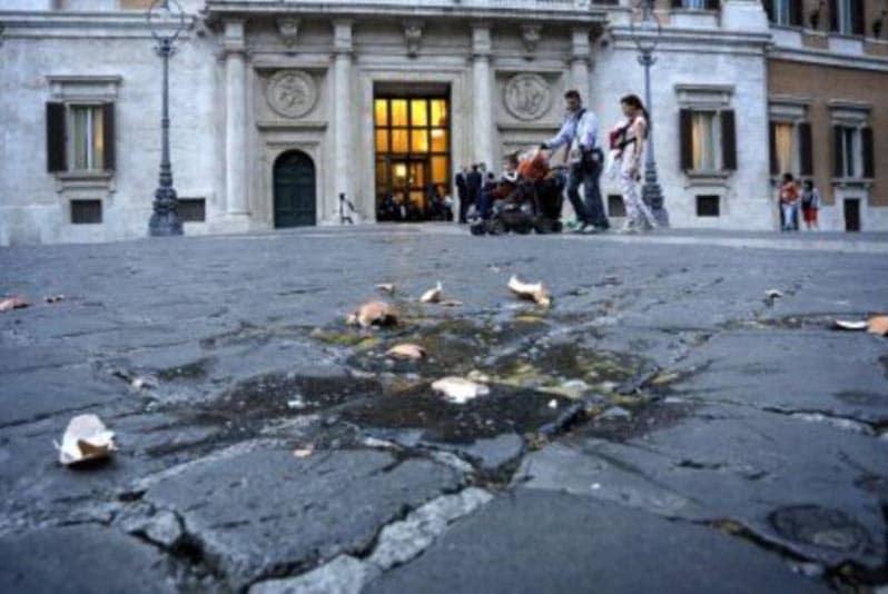 Piazza Roma dopo il lancio delle uova a Matteo Salvini, Roma (2015)