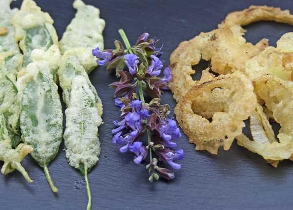 Salvia fritta in pastella di albume con fiori di salvia e anelli croccanti di cipolla da accompagnare alle Uova alla Cracco