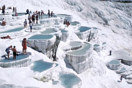 Gli strati bianchi di calcare e travertino di Pamukkale