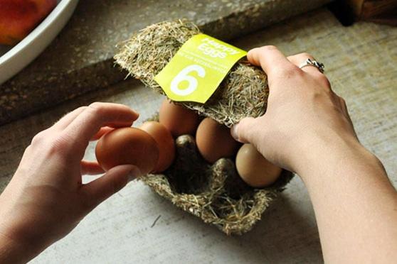 Straordinario esempio di packaging di uova 'vere': le 'Happy eggs' di Maja Szczypek nel portauovo di paglia.