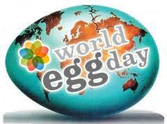 Pittura delle uova per il World Egg Day