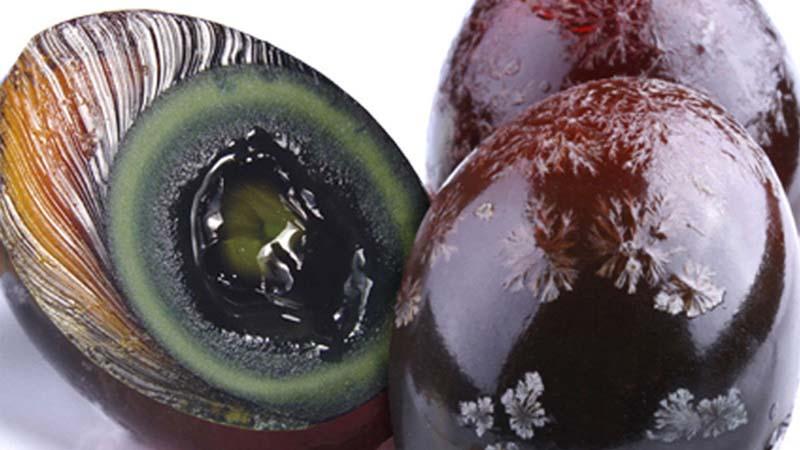 Il tuorlo muffoso e l'albume ambrato e cristallizzato dell'Uovo Centenario sul quale compaiono muffe simili a cristalli di neve