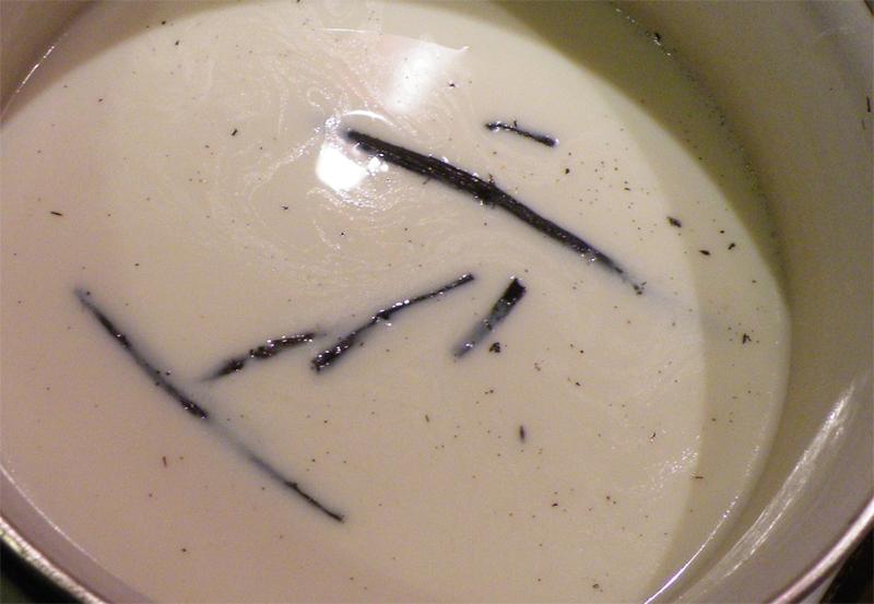 Latte e vaniglia (semi e bacca) nel pentolino da portare ad ebollizione per realizzare la crema pasticcera