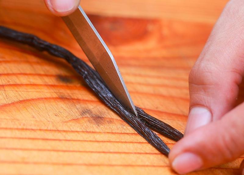 Incisione della bacca di vaniglia per l'estrazione dei semi e la realizzazione della crema pasticcera