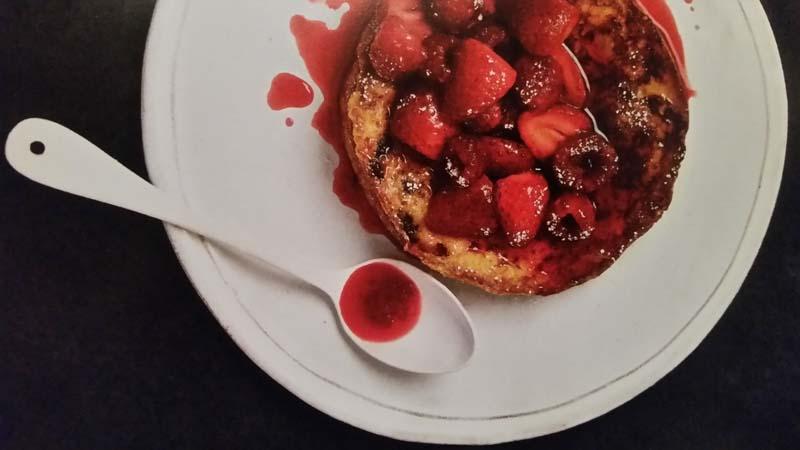 Pain perdu dolce di panettone raffermo con fragole e lamponi sciroppati (per un dessert invernale)