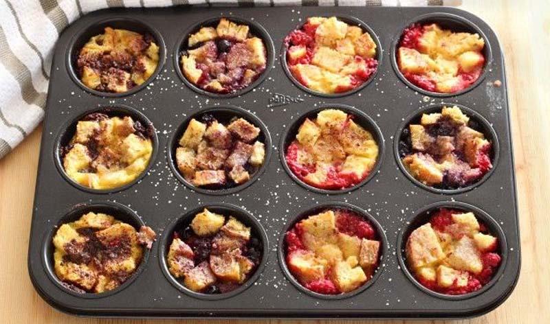 Pain perdu dolce con fetta tagliata a cubetti e cottura in forno con frutta fresca