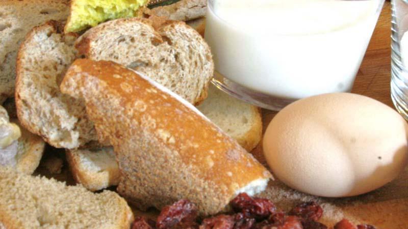 Ingredienti per il pain perdu: uovo, latte e pane raffermo