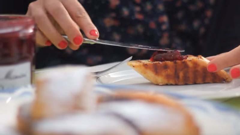 Pain perdu dolce di pane baguette con marmellata (ideale per una gustosa colazione)