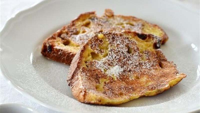Pain perdu dolce con fette di pane rustico (per una merenda semplice e nutriente)