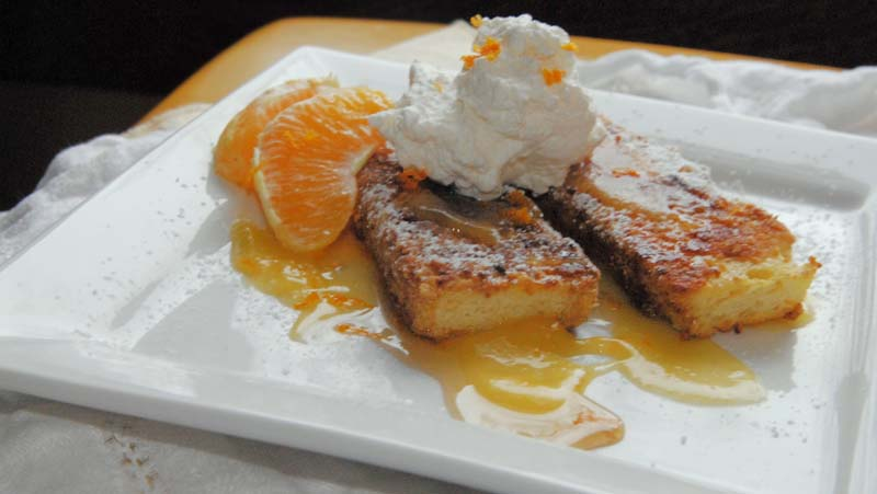 Pain perdu dolce con torta rafferma, composta d'arancia, panna e arancia non trattata a scorzette