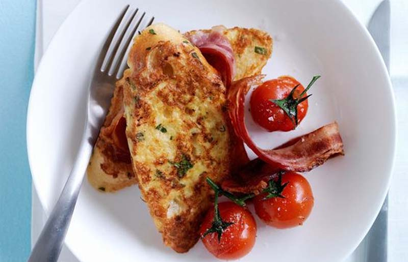 Pain perdu salato accompagnato con pancetta stesa abbrustolita e pomodorini