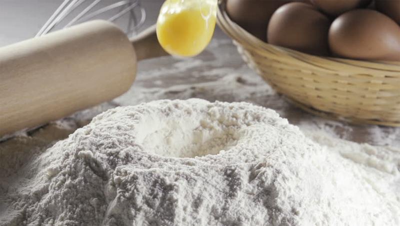 Farina a fontana con la cavità per le uova e gli altri eventuali ingredienti