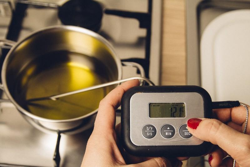 Misurazione della temperatura dell'olio a 121°C per effettuare la pastorizzazione