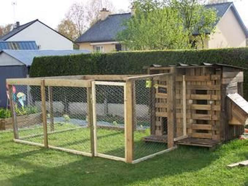 Pollaio e recinzione realizzati con pallets di recupero integrati architettonicamente nel contesto del giardino