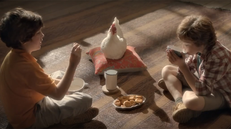 Gallina Rosita prende parte alla colazione con i bambini all'interno del Mulino Bianco