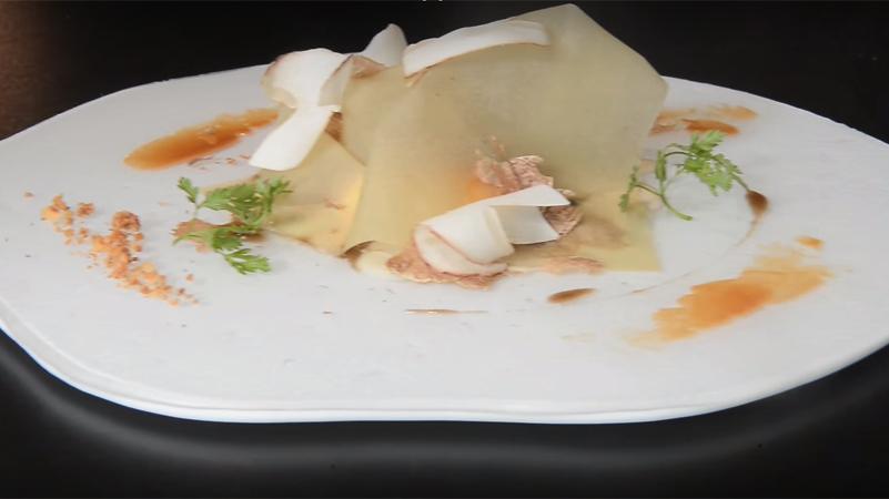 Impiattamento finale della ricetta dell'uovo con tartufo bianco d'alba dello chef Enrico Crippa