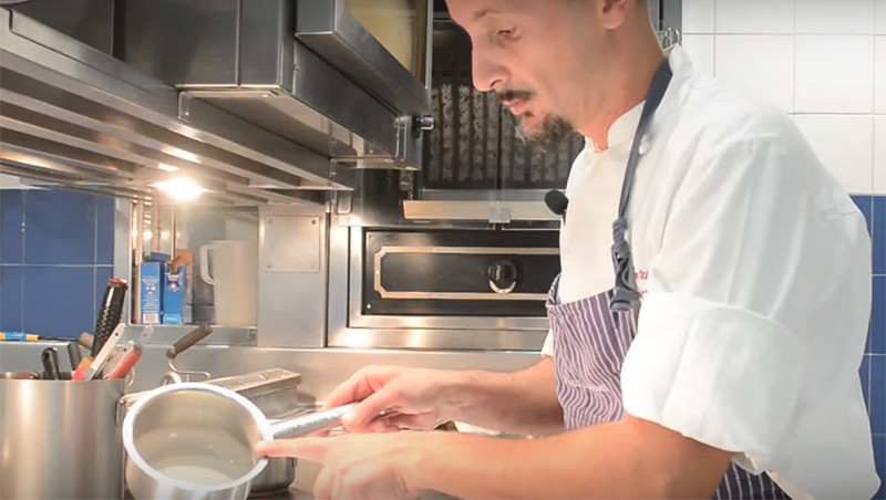 Lo chef Enrico Crippa al lavoro sulla ricetta delle uova al tartufo
