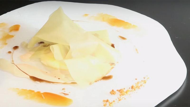 La cloche di sfoglia di bietola a coprire l'uovo