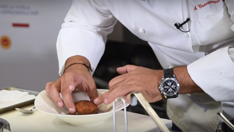 L'assemblaggio finale dell'uovo croccante su gorgonzola e crema di castagne